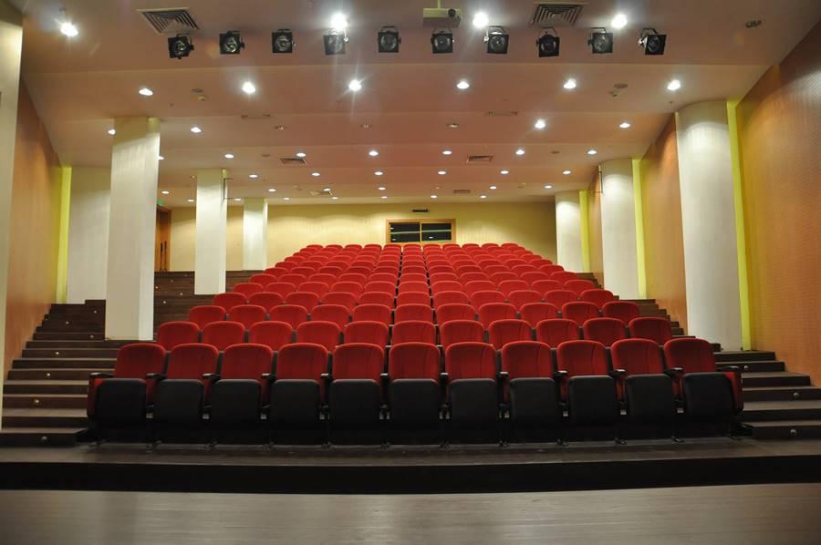 Vahide-Sultan-Huzurevi-ve-Yasli-Bakim-Merkezi-sinema-salonu