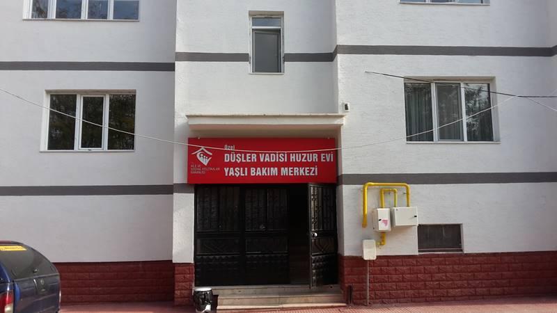 ozel-Dusler-Vadisi-Yasli-Bakim-Evi-giris